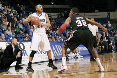 【バスケ】ディフェンスのコツ【基本姿勢や練習方法も解説します】